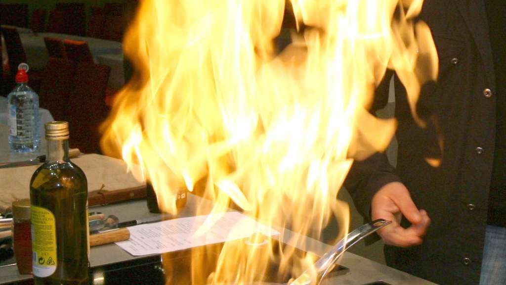 heidelberg junge 13 will beim popcorn machen brennendes fett mit wasser l schen verpuffung. Black Bedroom Furniture Sets. Home Design Ideas