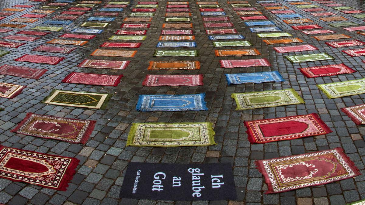 DresdenHeddesheim Gebetsteppiche als Kunstaktion vor
