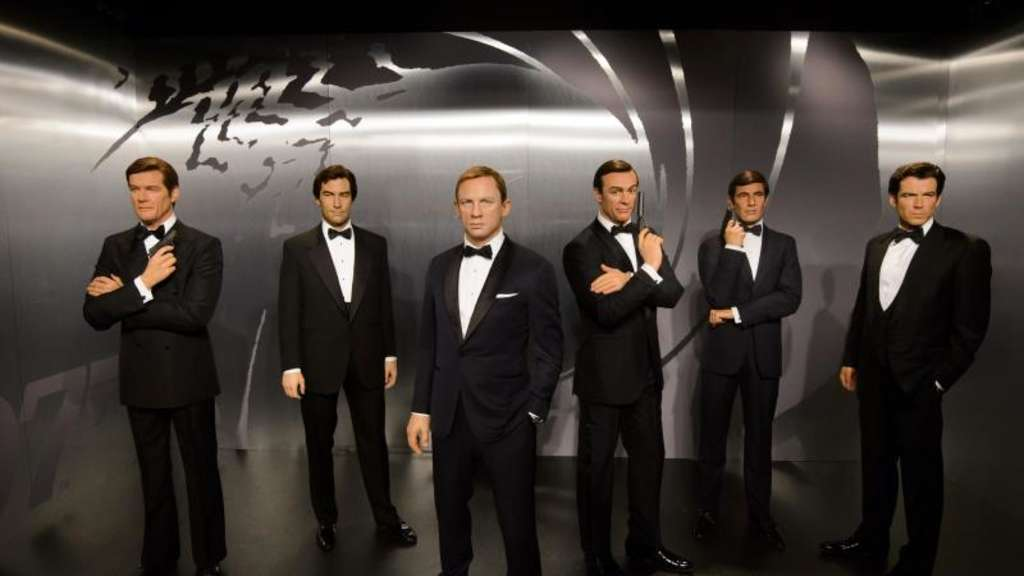 Keine Chance für Schurken: Die Wachsfiguren der James Bond-Darsteller (l-r) Sir Roger Moore, Timothy Dalton, Daniel Craig, Sir Sean Connery, George Lazenby und Sir Roger Moore. Foto: Madame Tussauds London