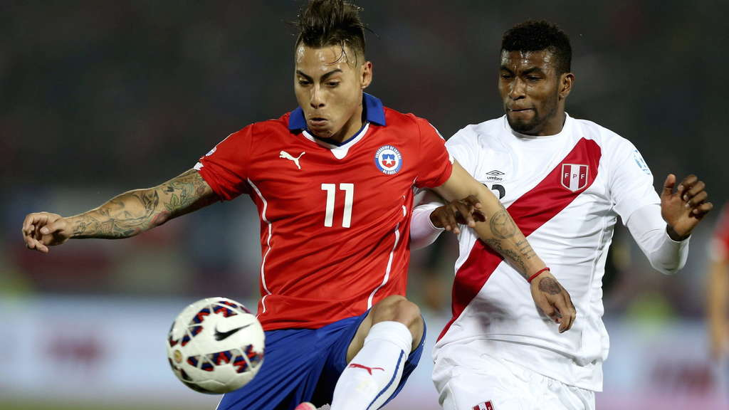 epa04824476 Chilean striker Eduardo Vargas controls the ball while in action during the Copa America 2015 semi-final soccer match between Chile and Peru, at Estadio Nacional Julio Martinez Pradanos in Santiago de Chile, Chile, 29 June 2015. EPA/MARIO RUIZ +++(c) dpa - Bildfunk+++