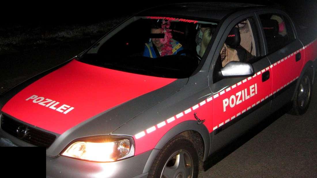 """Polizei stoppt pinken Opel im """"Pozilei""""-Design."""