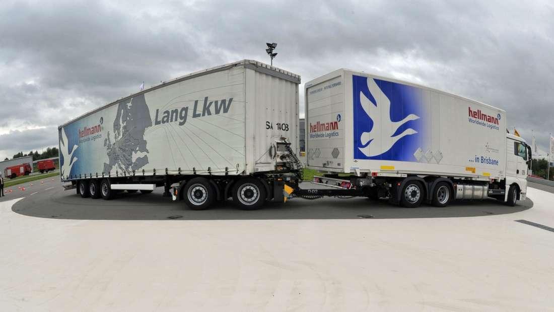 Nur langsam kommen die Giga-Liner auf deutschen Straßen auf Touren. Nochbefinden sich die XXL-Laster im Test.Die Riesen-Lkw stehen in der Kritik. Sie gelten aufgrund ihrer Länge von etwa 25 Metern als Sicherheitsrisiko. Doch das Bundeskabinett hat grünes Licht gegeben. Rund 400 überlange Lastzüge mit einem Gesamtgewicht von jeweils höchstens 44 Tonnen sollenab Januar 2012 rund fünf Jahre lang auf festgelegten Routen verkehren.