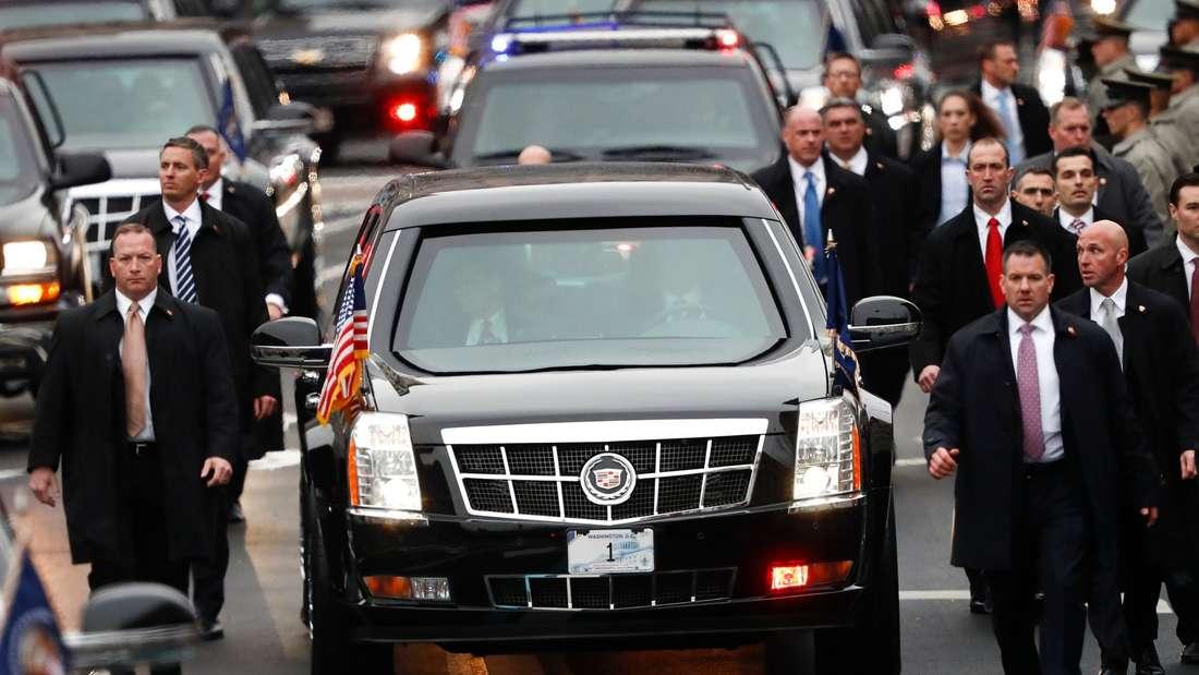 Amtseinführung Trump - Parade:Sicherheitsbeamte begleiten das Fahrzeug des neuen Präsidenten Donald Trump und seiner Familie