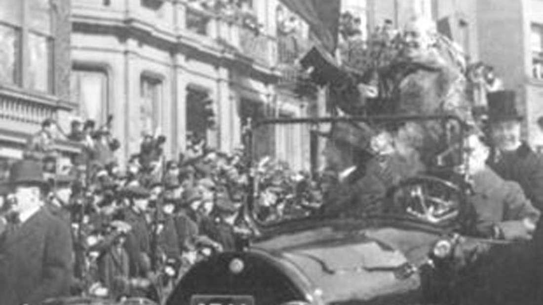 Während des Ersten Weltkriegs fährt Präsident Wilson im Cadillac Type 57 (1919) durch die Straßen von Boston.