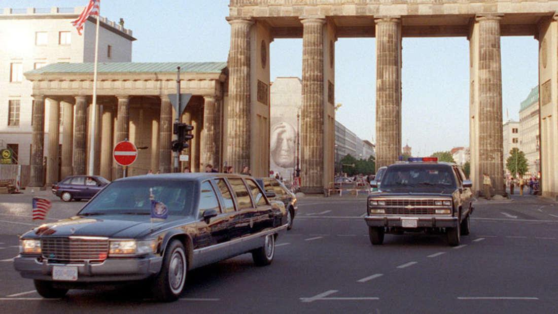 Präsident Bill Clinton mit seinem Cadillac (l) am 13.5.1998 durch das weiträumig abgesperrte Brandenburger Tor in Berlin.