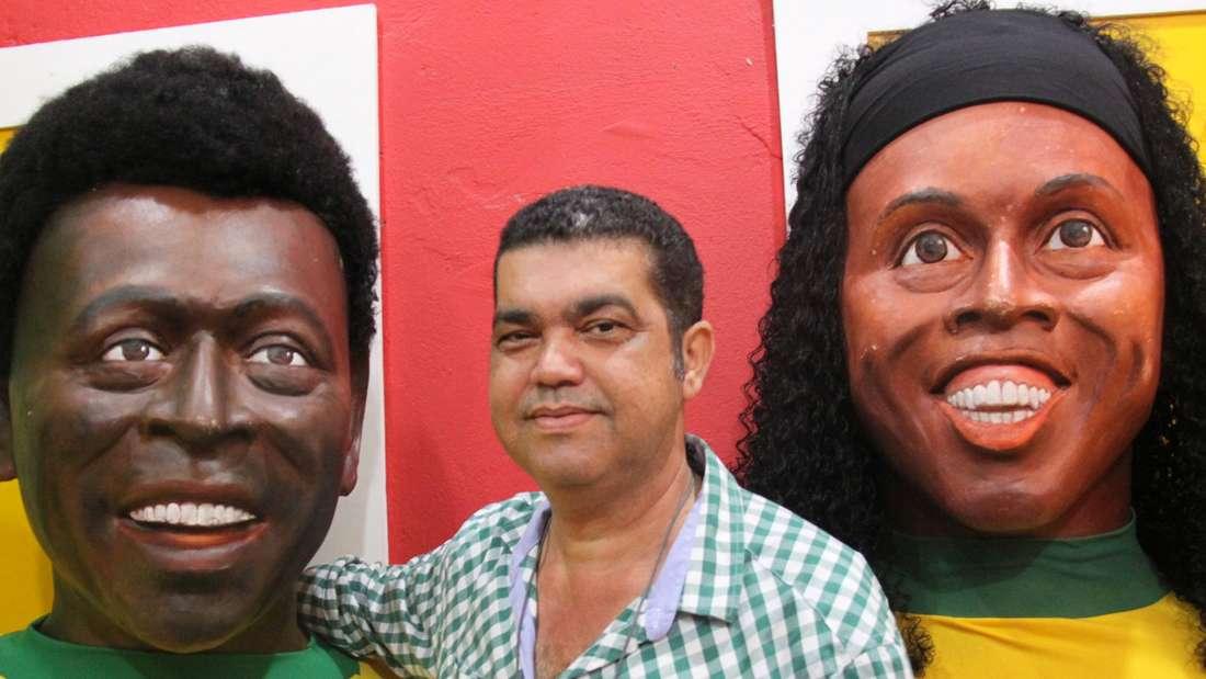 WM-Spielort Recife Brasilien: Leandro Castro mit Pelé und Ronaldinho aus Pappmaché.