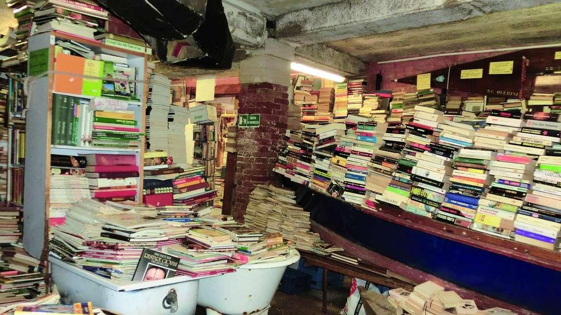 Buchhandlung Acqua Alta: Der Name ist Programm, die Bücher liegen in der Badewanne.