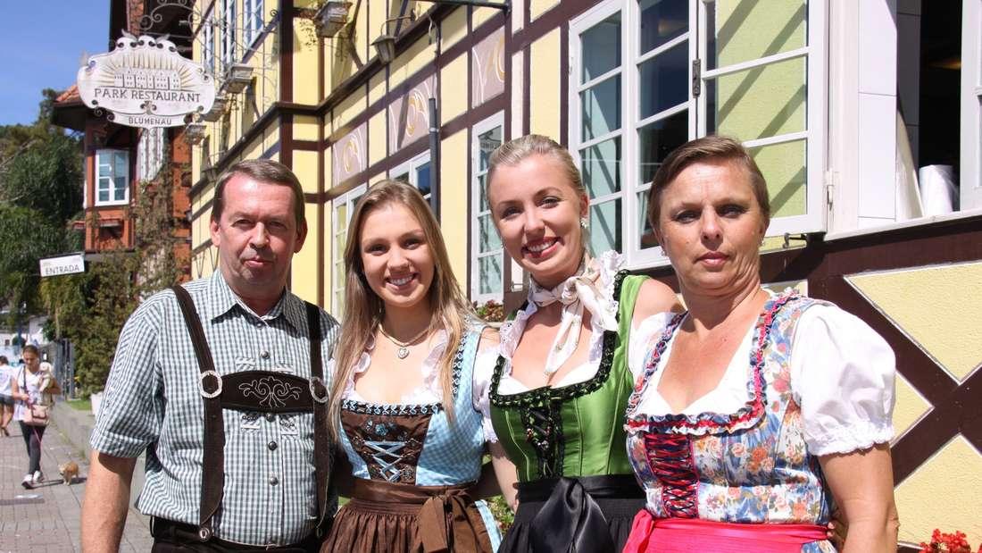 Lederhosen und Dirndl unter südlicher Sonne: Familie Zwicker hat sich für ihren Besuch in der Vila Germânica stilecht gekleidet.