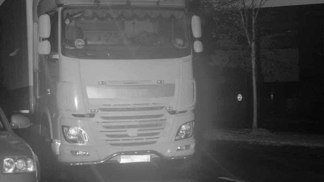 """Hat die Polizei Essen hier einen """"Geister-Lkw"""" erwischt? Leider nicht. Es war nur ein Fahrer, der sich vor dem Blitzer versteckt hat. Ohne Erfolg. Ein Bußgeld musste er trotzdem zahlen."""