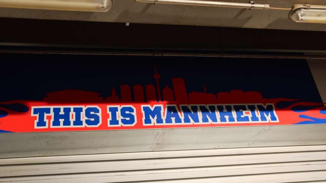 Spielszenen der Begegnung Adler Mannheim gegen Schwenninger Wild Wings am 34. Spieltag der DEL-Saison 2014/15.