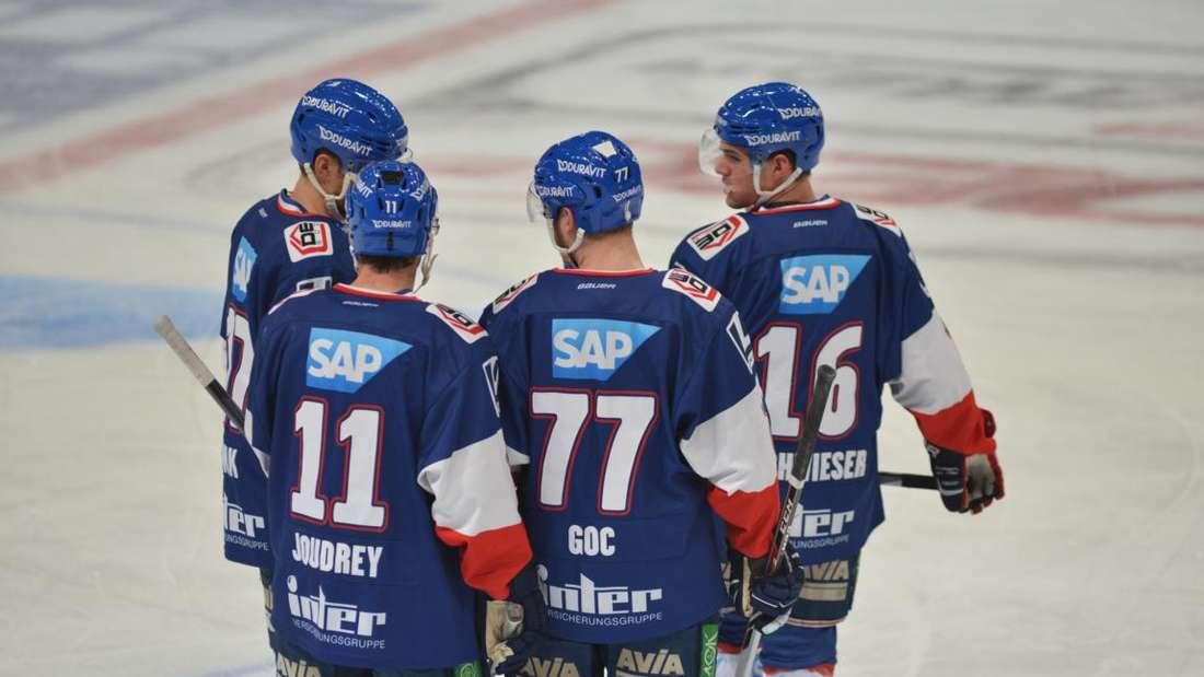 Die Adler Mannheim bei ihrem 3:2-Sieg gegen die Augsburger Panther.