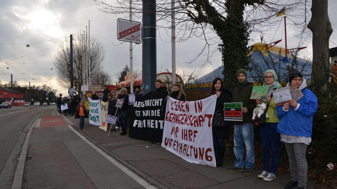 Rund 50 Tierschützer demonstrieren vor dem Circus Weisheit gegen die Haltung von Tieren im Zoo