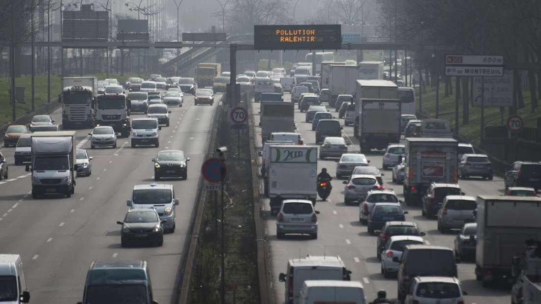 Smog hängt über Paris. Mit Fahrverboten will die Stadt jetzt gegen die Luftverschmutzung ankämpfen.