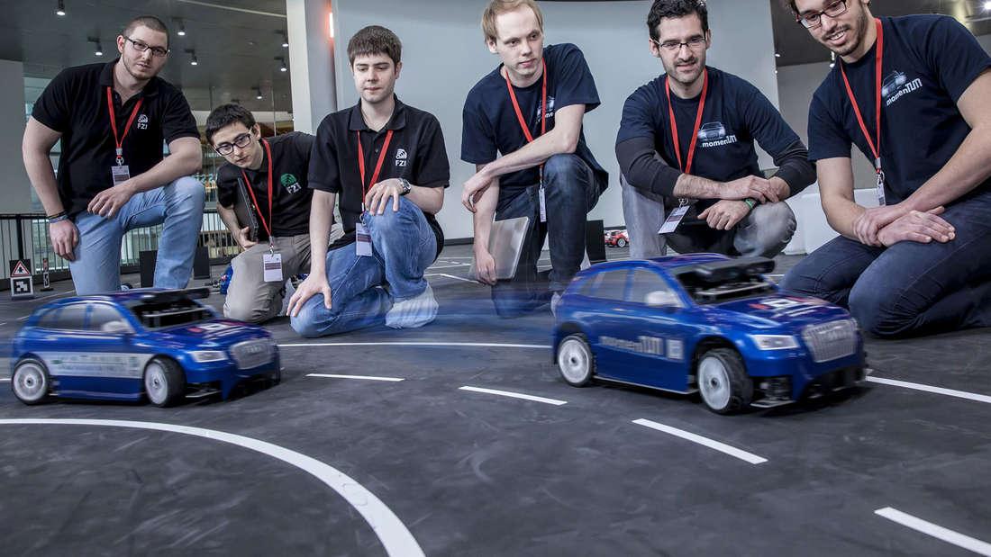 Beim Audi Autonomous Driving Cup wetteiferten rund 50 Studenten aus ganz Deutschland um das beste pilotiert fahrende Modellauto – hier im Bild Mitglieder der Teams des Karlsruhe Institute of Technology (li.) und der Technischen Universität München (re.)