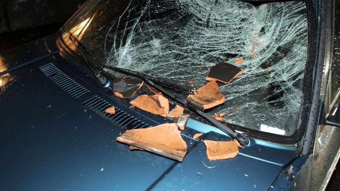"""2007 tobte Orkan """"Kyrill"""" über Deutschland. Herumfliegende Dachziegel haben damals die Windschutzscheibe eines Autos zerstört."""