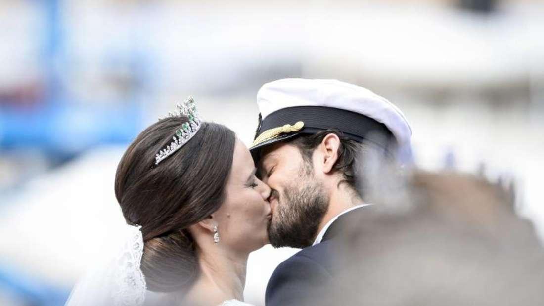Mit einem Kuss besiegeln Prinz Carl Philip und Prinzessin Sofia ihr Glück. Foto:Pontus Lundahl/TT