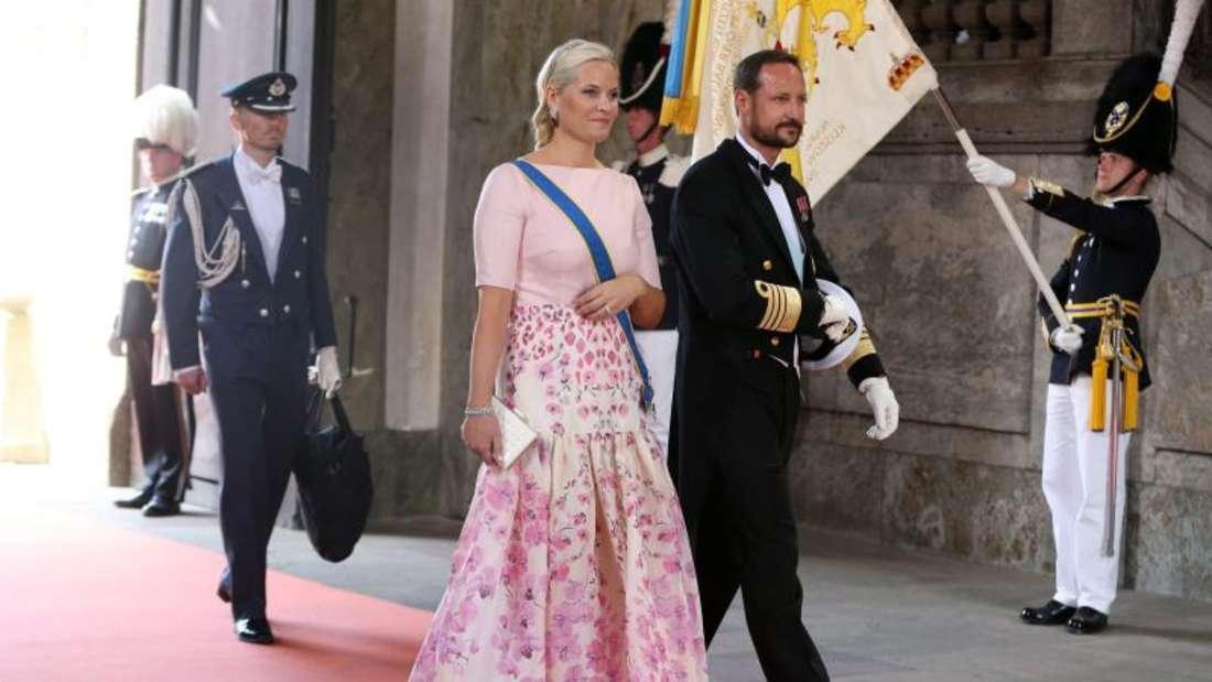 Viele Prinzessinen und Königinnen kamen ohne ihre Männer. Mette-Marit nicht, die mit Haakon bei der Hochzeit ist. Foto: Soeren Andersson/TT