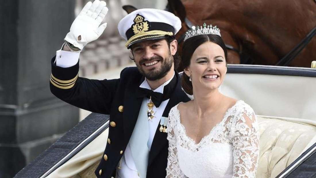 Mit der Kutsche fährt das überglückliche Brautpaar nach der Zeremonie durch Stockholm. Foto:Mikael Fritzon/TT