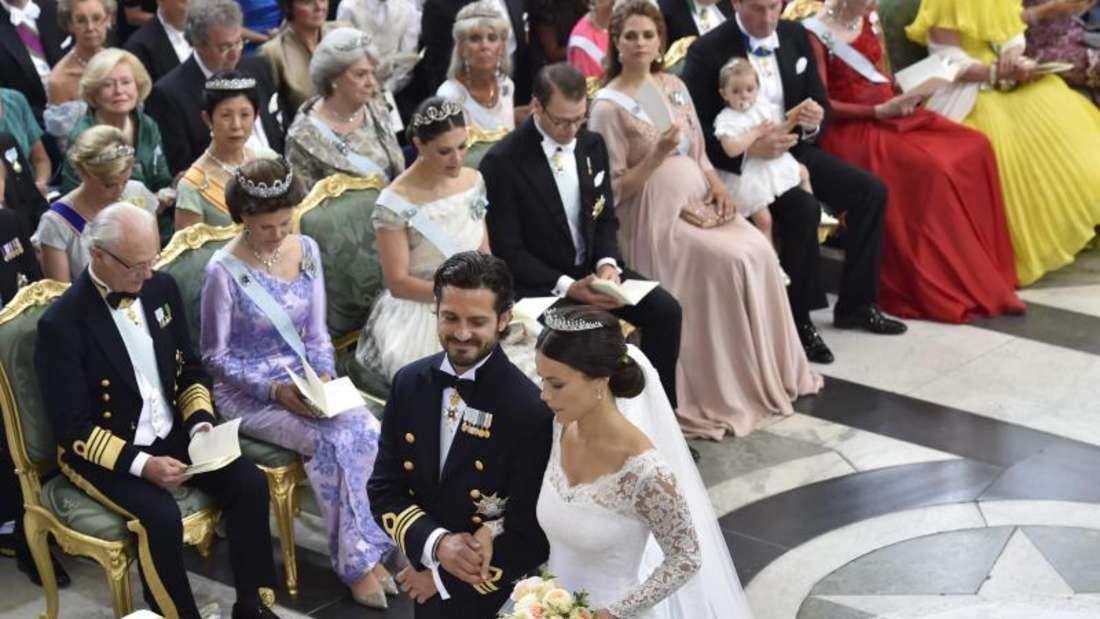 Immer wieder wirft Prinz Carl Philip seiner Sofia verstohlen Blicke zu. Foto: Jonas Ekströmer/Tt