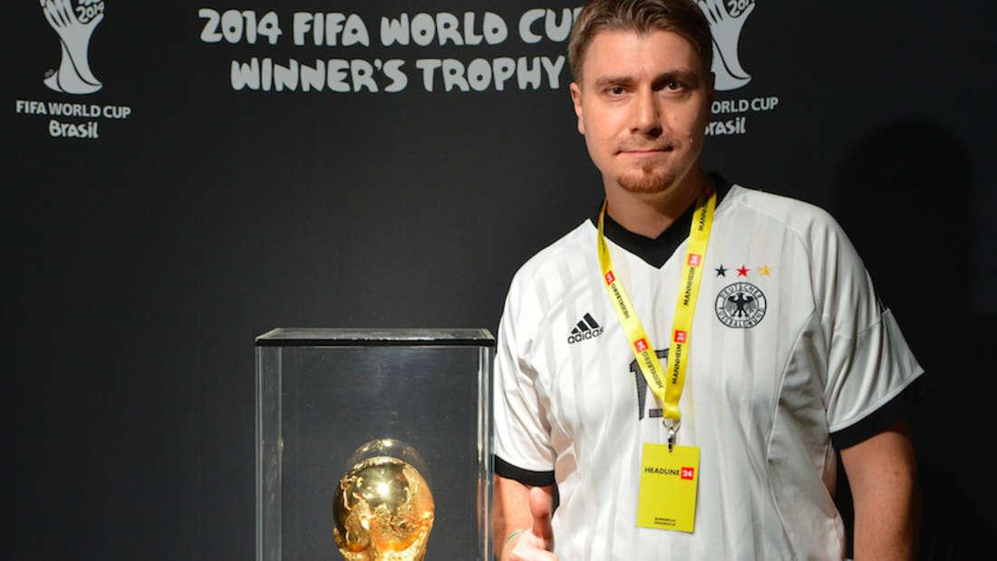 Da ist das Ding! Unser Reporter Peter Kiefer mit dem WM-Pokal 2014...