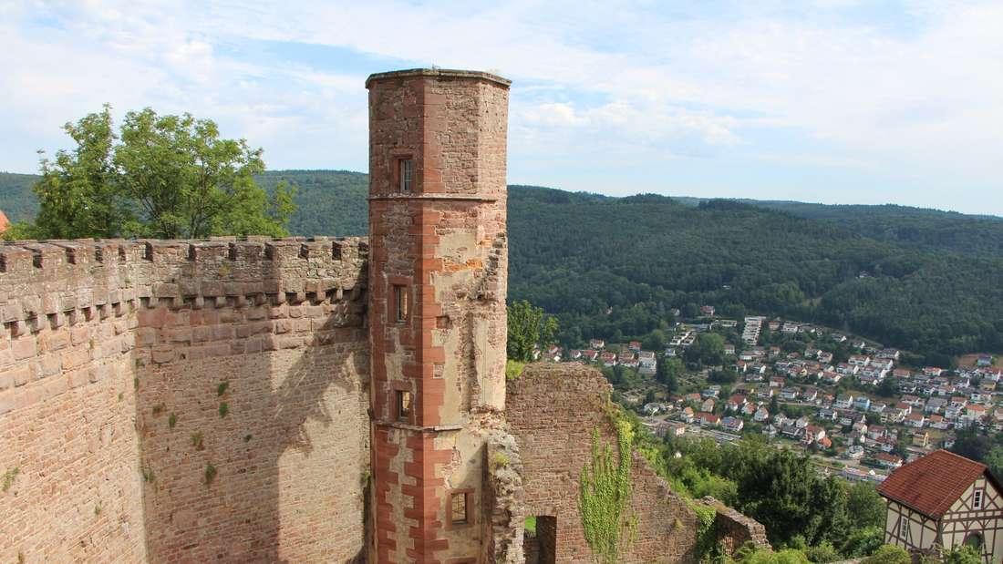 Der Treppenturm und die Ringmauer.