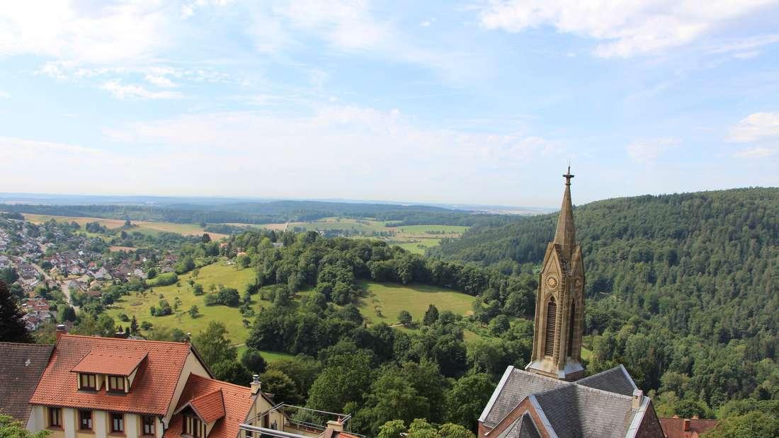 Blick auf die evangelische Kirche und den Blumenstrich.