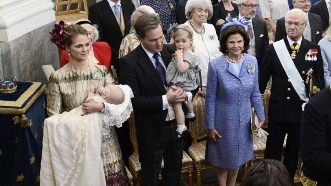Königin Silvia und König Carl XVI. Gustaf bei der Taufe ihres ersten Enkelsohnes. Foto:Claudio Bresciani/Tt