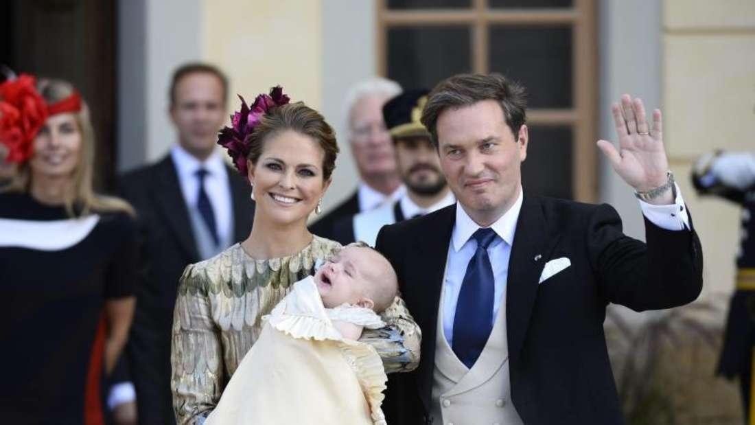 Erst einmal durchatmen:Der kleine Prinz Nicolas hat die Taufe überstanden - und seine glücklichen Eltern auch. Foto:Anders Wiklund/Tt