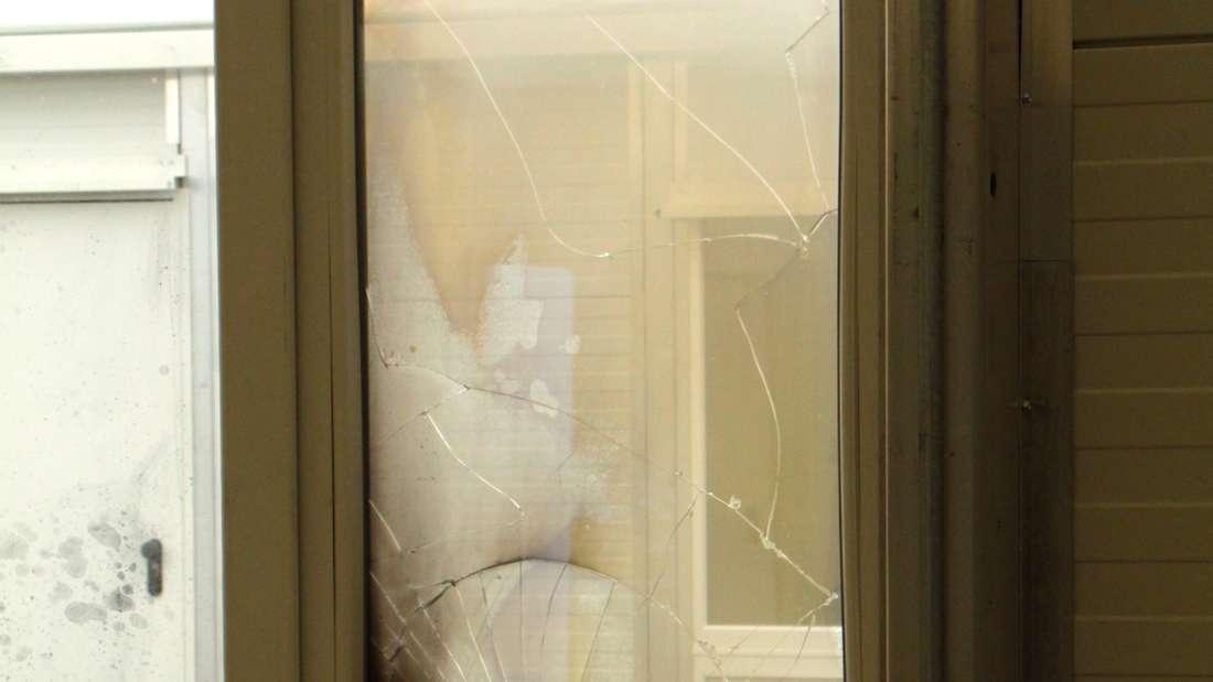 An dem Fenster ist ein Schaden von rund 2.000 Euro entstanden.
