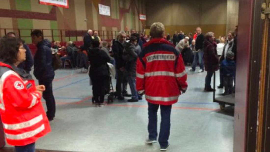 Die 250 evakuierten Lingenfelder in der Goldberghalle.