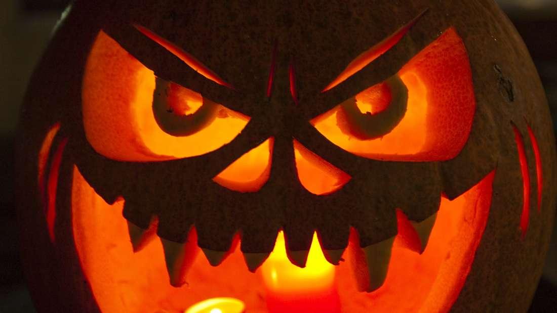In der Halloween-Nacht fällt eine Seniorin einer Trickbetrügerbande zum Opfer