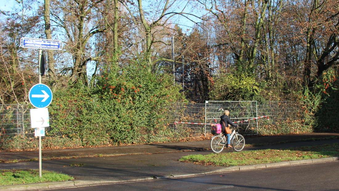 Auch mehr als fünf Wochen nach dem Crash ist der Zaun am Herzogenriedpark nur notdürftig geflickt.