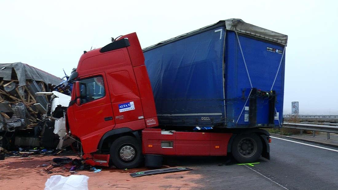 Tragischer Unfall auf der A6 zwischen der Anschlussstelle Grünstadt und Anschlussstelle Wattenheim. Für den eingeklemmten LKW-Fahrer kommt jede Hilfe zu spät.