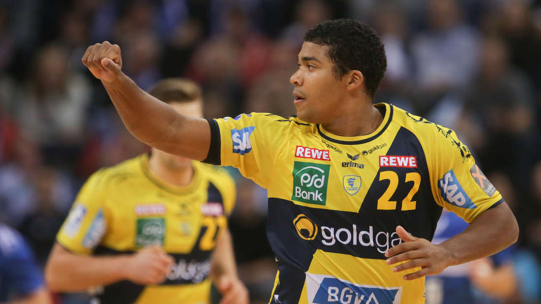 Handball: Bundesliga, M‰nner - 12. Spieltag: HSV Hamburg - Rhein-Neckar Lˆwen am 31.10.2015 in Hamburg in der Barclaycard Arena. Mads Mensah Larsen von den Rhein-Neckar Lˆwen feiert einen Treffer. Foto: Axel Heimken/dpa +++(c) dpa - Bildfunk+++