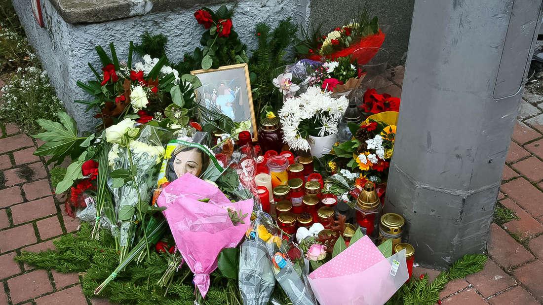 Blumen der Anteilnahme an der Unfallstelle in Leimen.