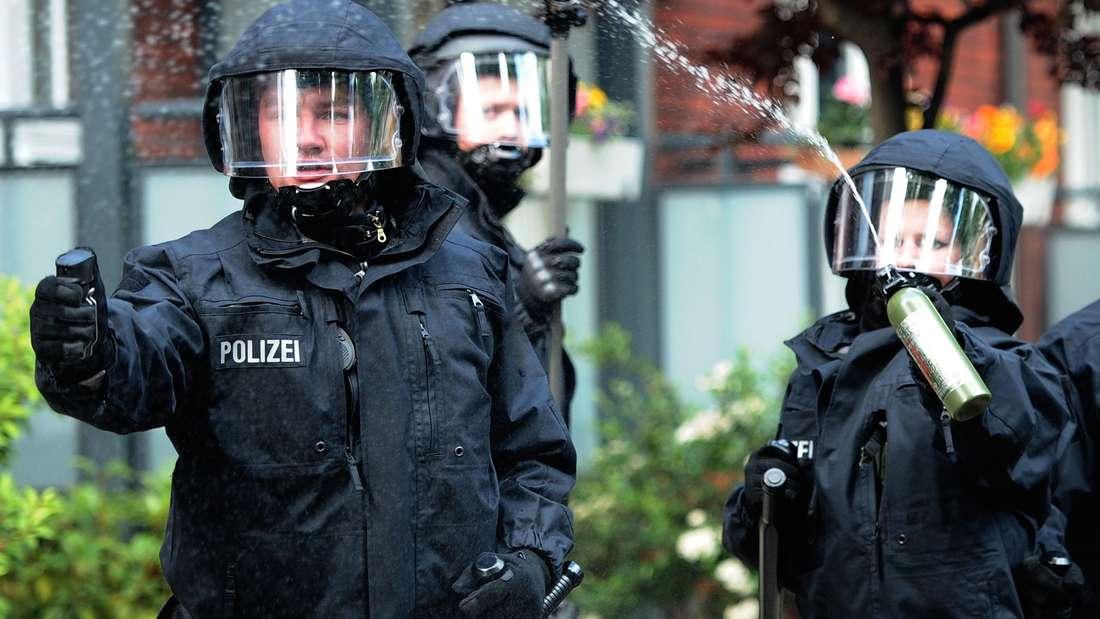 Die Polizei muss die Fan-Gruppen mit Pfefferspray trennen. (Symbolfoto)