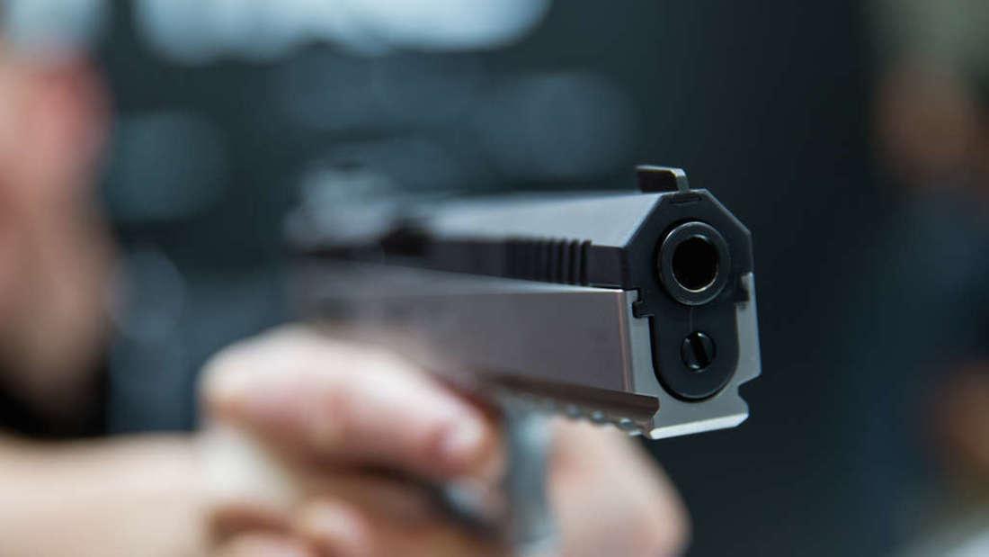 Zwei bewaffnete Täter überfallen am späten Sonntagabend ein Lokal in der Mundenheimer Straße (Symbolfoto).