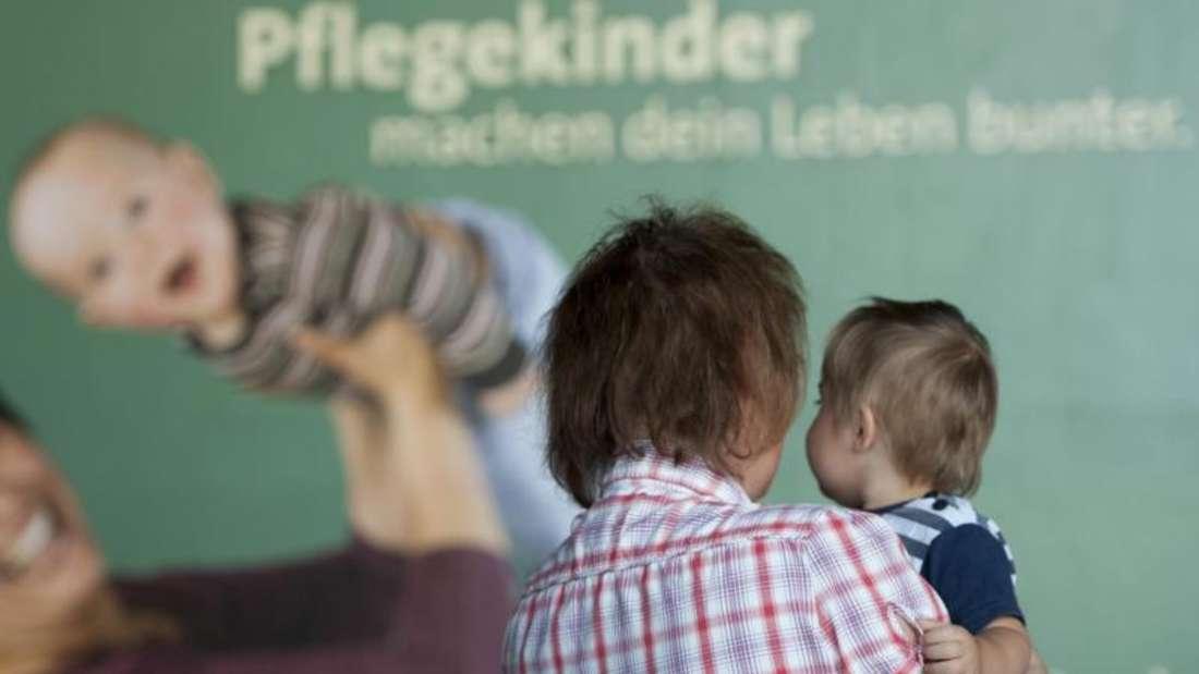 Immer mehr Kinder in Deutschland werden von Pflegeeltern betreut oder sind im Heim. Auch die Zahl der unbegleiteten Minderjährigen Flüchtlinge hat die Zahl der Inobhutnahmen in die Höhe steigen lassen. Foto: Marc Tirl/Archiv