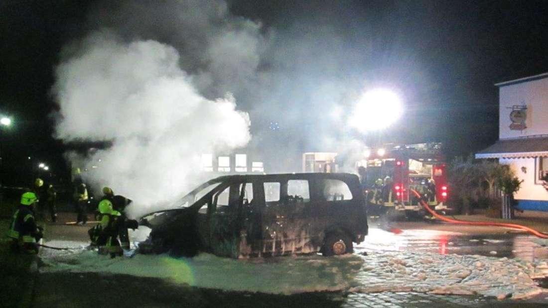 In Lambsheim brennt am Mittwochmorgen ein Transporter völlig aus.