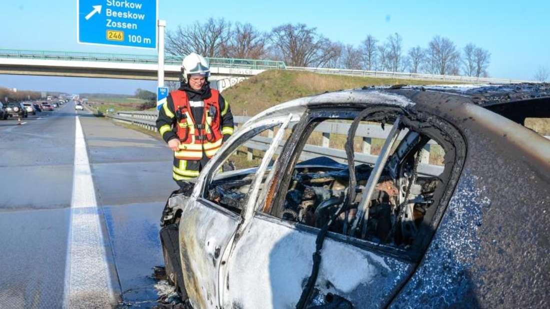 Ein ausgebranntes Auto steht auf der Autobahn 13. Foto: Julian Stähle