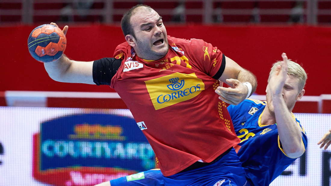 epa05015723 Spain's Rafael Baena (L) in action against Sweden's Philip Stenmalm (R) during the friendly handball tournament match between Sweden and Spain in Gdansk, Poland, 07 November 2015. EPA/Adam Warzawa POLAND OUT +++(c) dpa - Bildfunk+++