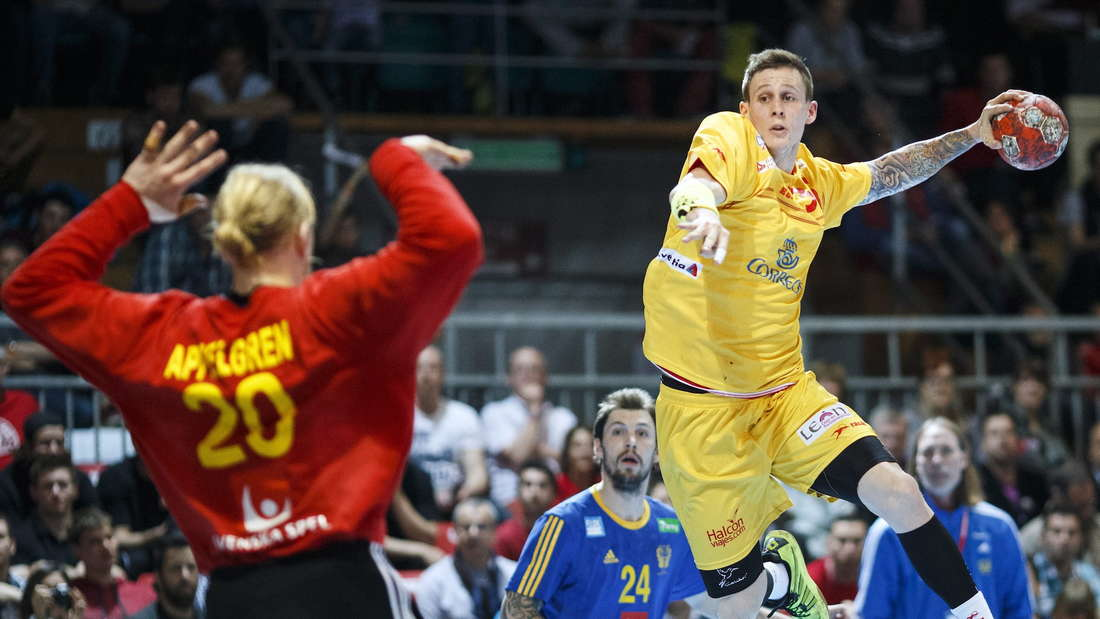 epa04156906 Victor Alonso from Spain, right, scores against goalkeper Mikael Appelgren from Sweden, left, during the final game between Spain and Sweden at the Swiss Handball Cup, in Lausanne, Switzerland, Sunday, April 6, 2014. EPA/VALENTIN FLAURAUD +++(c) dpa - Bildfunk+++