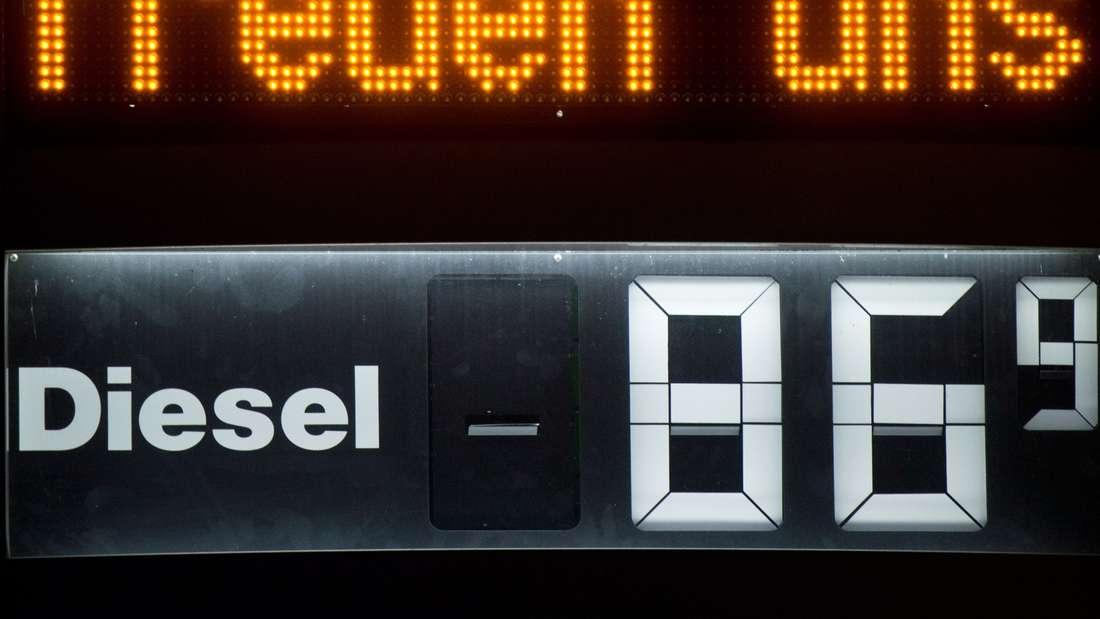 An der Anzeigentafel einer freien Tankstelle freuen sich die Pächter scheinbar über den aktuellen Dieselpreis.