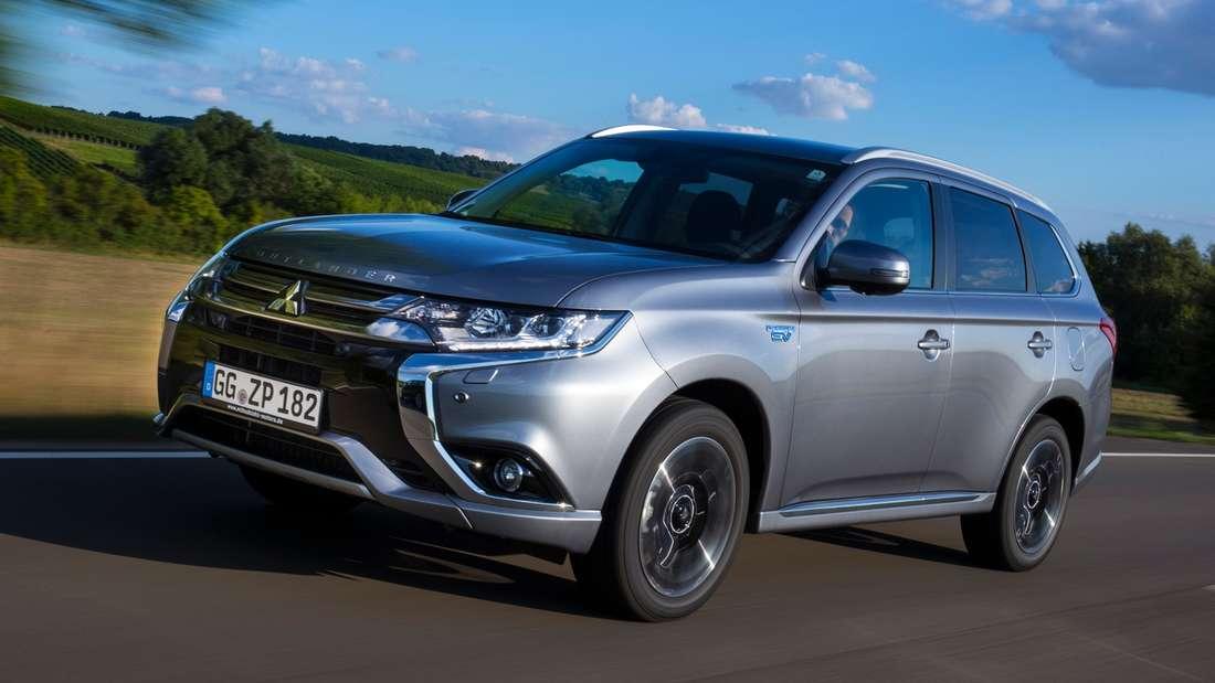 Mitsubishi Outlander PHEV:Die Kraft von drei Motoren (zwei E-Aggregate an Vorder- und Hinterachse, ein Benziner vorne) sorgt mit 203 PS Systemleistung für komfortable Fahrwerte. Wehe jedoch, wenn die Batterie leer ist …