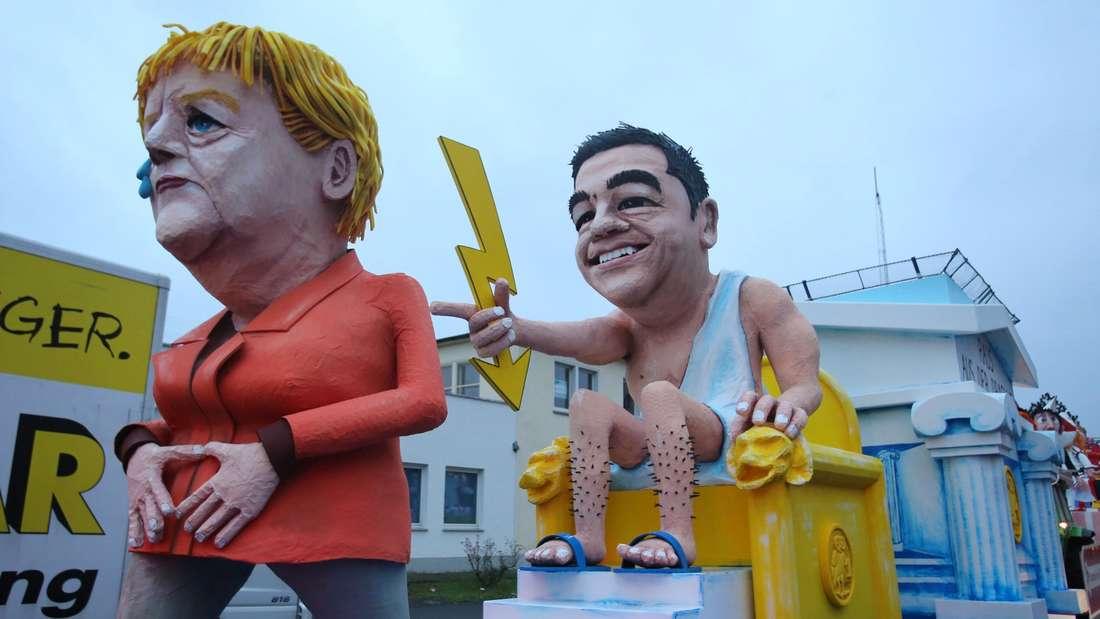 Karnevalswagen warten am frühen Rosenmontag 08.02.2016 in Köln (Nordrhein-Westfalen) auf ihren Einsatz. In Köln soll es trotz Sturmwarnung einen Rosenmontagszug geben - wenn auch mit einigen Einschränkungen.