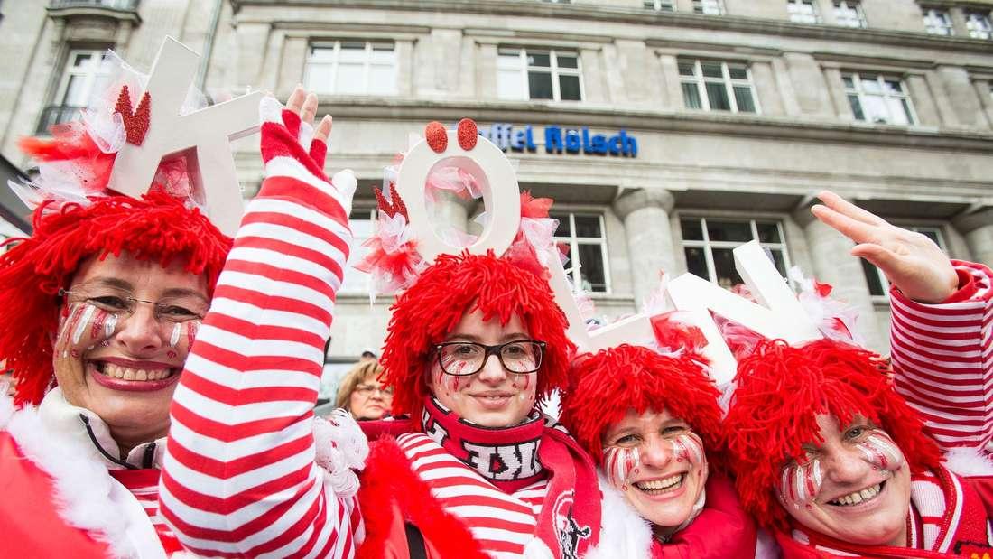 Karnevalisten feiern am 08.02.2016 vor dem Dom in Köln (Nordrhein-Westfalen) Rosenmontag. Der Kölner Rosenmontagsumzug findet trotz einer Sturmwarnung statt, allerdings mit Einschränkungen.
