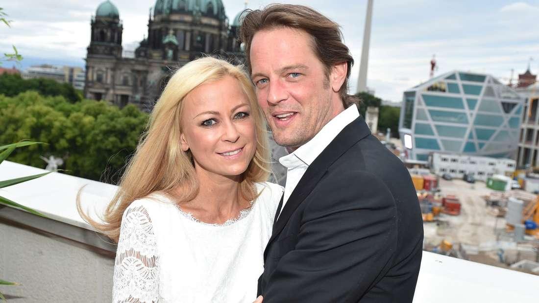 TV-Star Jenny Elvers und Freund Steffen van den Beeck sind verlobt - und das schon seit einem Jahr.