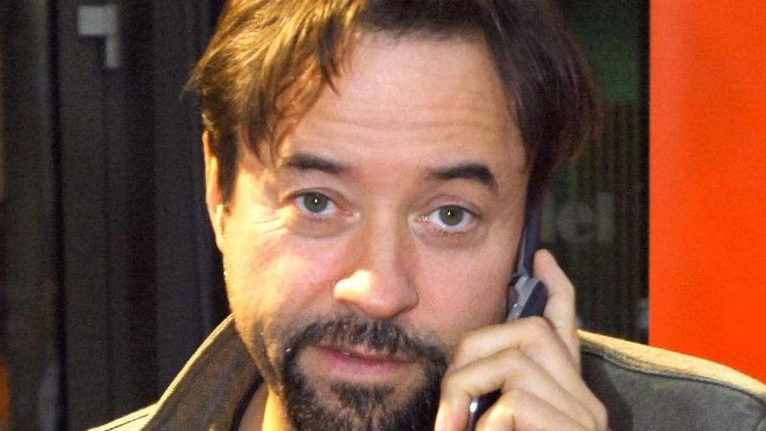 Das Handy von Jan Josef Liefers weist mit tosendem Applaus auf einen eingehenden Anruf hin. Foto: Wolfgang Langenstrassen