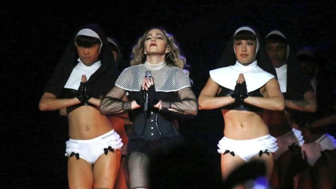 """In Singapur darf Madonna den Song """"Holy Water"""", bei dem Tänzerinnen in knappen Nonnenkostümen auftreten, nicht spielen."""