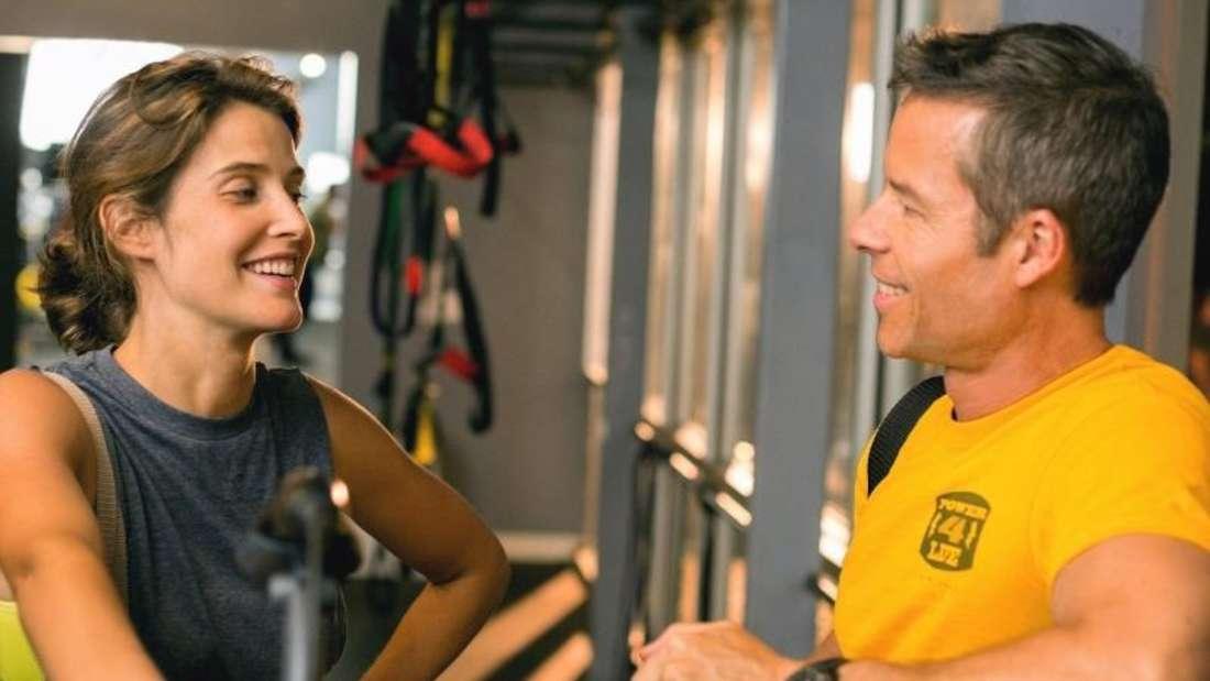 Der geschiedene Danny (Guy Pearce, r) verliebt sich im Fitness-Studio in die Trainerin Kat (Cobie Smulders, r). Foto: Peripher-Filmverleih